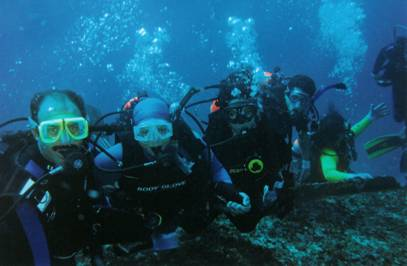 Photo 4. Members of the first generation diving in a shipwreck in Cancún.